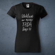 Sieviešu t-krekls, melnā krāsā ar attēlotu tekstu - neklusē ar mani tādā tonī
