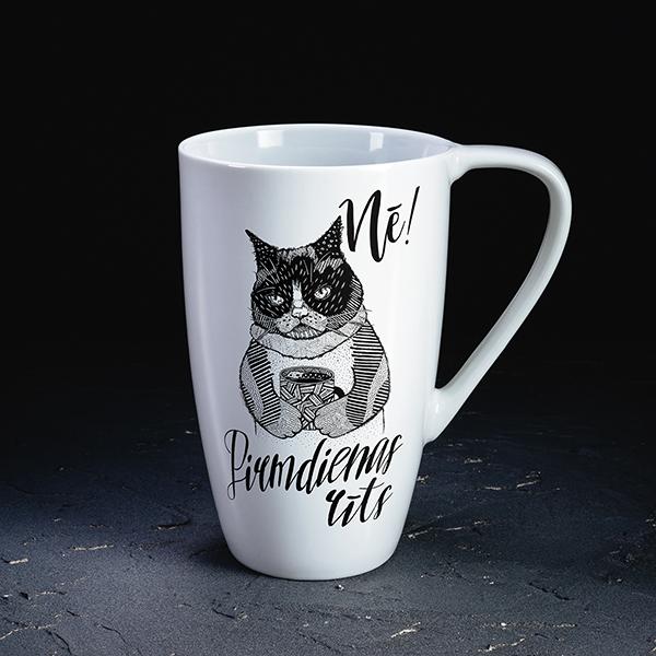 """Balta krūze ar melnu kaķa zīmējumu un tekstu: """"Nē! Pirmdienas rīts!"""""""