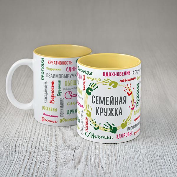 Balta ģimenes krūze ar krāsainiem tekstiem krievu valodā