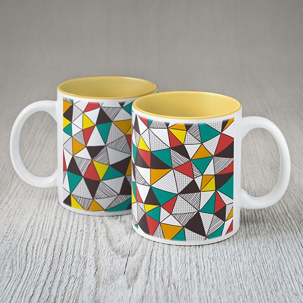 Balta krūze ar krāsainām ģeometrikām figūrām
