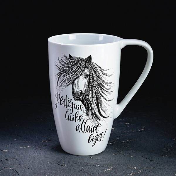 """Balta krūzear melnu zirga zīmējumu un tekstu: """"Pēdējais laiks atlaist bizes!"""""""