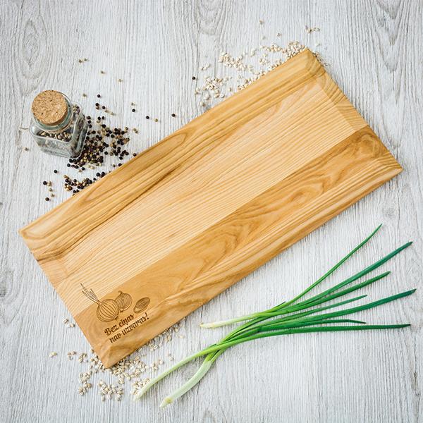 Oša virtuves dēlītis ar platām malām ar lāzergrieztiem sīpoliem ar tekstu Bez cīņas nav uzvaras kreisajā stūrī