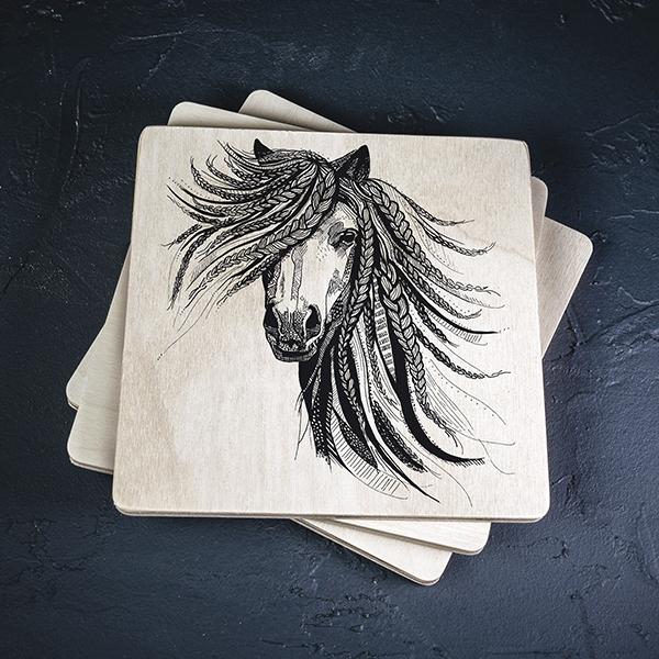 Gaišs koka krūžu paliktnis ar melnu apdruku ar Zirgu