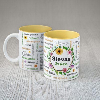 Balta sievas krūze ar krāsainiem tekstiem latviešu valodā