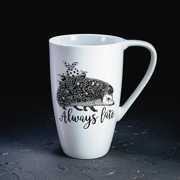 """Baltakrūze ar melnu eža zīmējumu un tekstu angļu valodā: """"Always late!"""""""