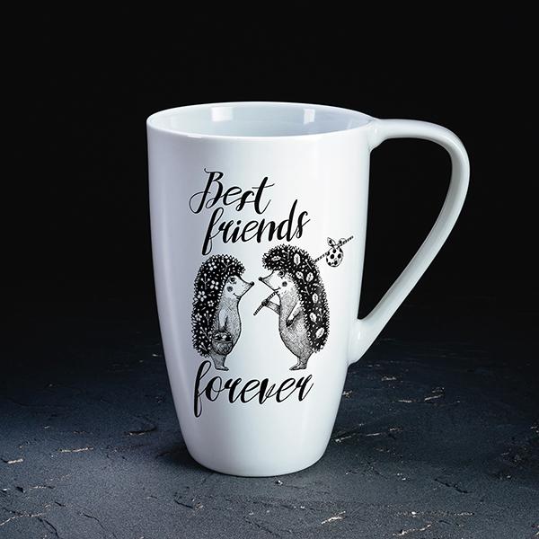 """Balta krūze ar melnu divu ežu zīmējumu un tekstu angļu valodā: """"Best friends forever"""""""