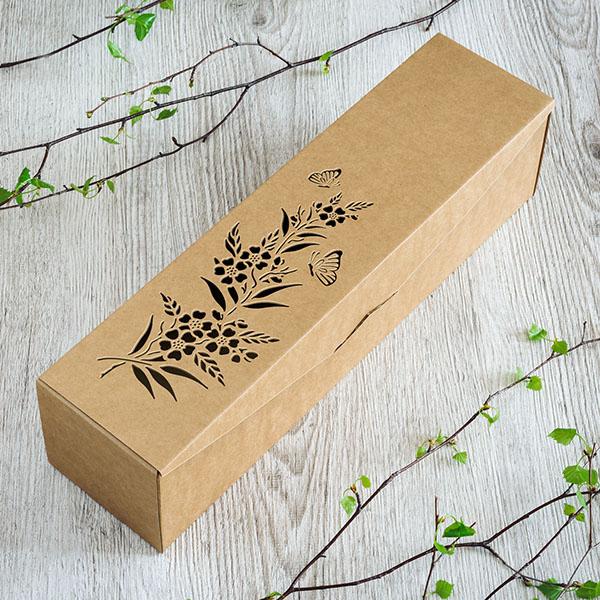 Kartona vīna kaste ar lāzergrieztu dabas elementa zīmējumu