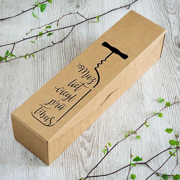 """Kartona vīna kaste ar lāzergrieztu teksu: """"Mazliet vieglprātības"""""""