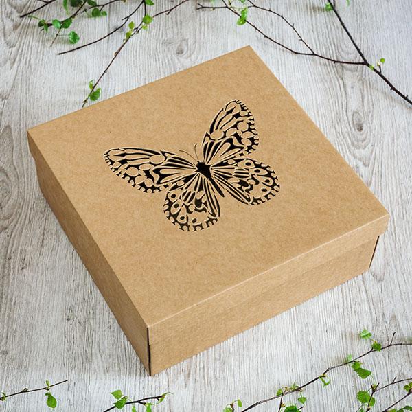 Kartona kaste ar lāzergrieztu taureņa attēlu