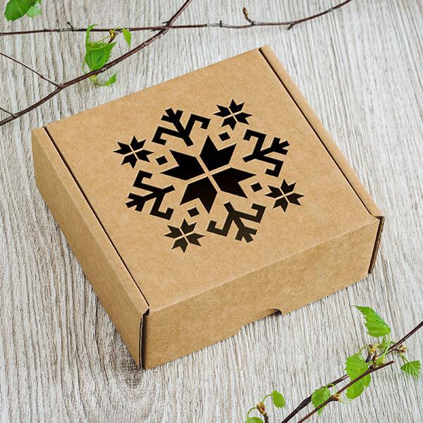 Kartona kaste ar lāzergrieztu latviešu zīmi