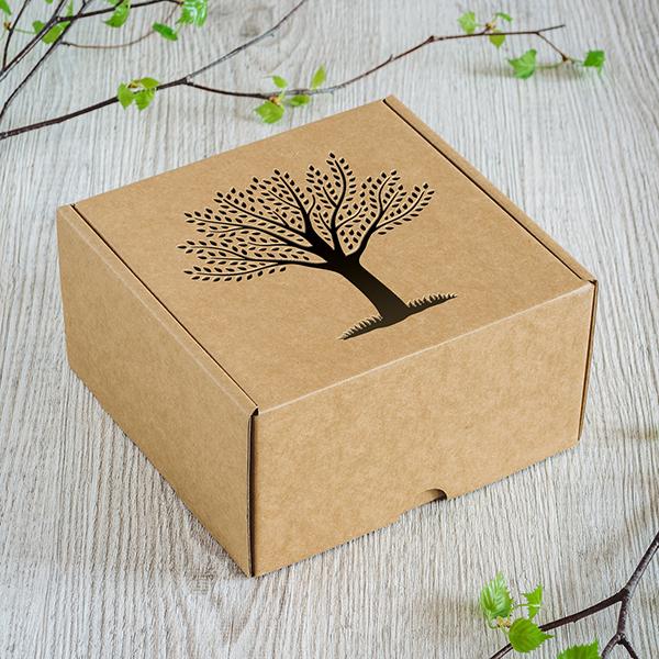 Gaiša kartona dāvanu kaste ar lāzergrieztu koku