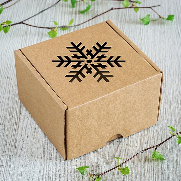 Gaiša kartona dāvanu kaste ar lāzergrieztu Sniegpārslu