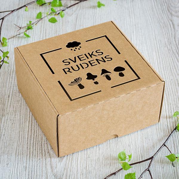 """Kartona kaste ar lāzergrieztu sēņu zīmējumu un tekstu: """"Sveiks rudens"""""""