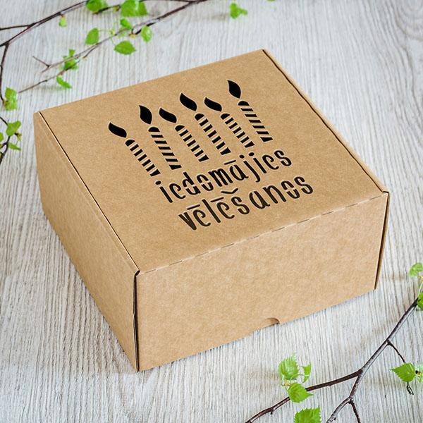 """Kartona kaste ar lāzergrieztu sveču zīmējumu un tekstu: """"Iedomājies vēlēšanos"""""""