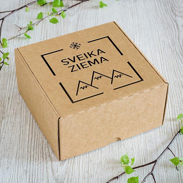 """Kartona kaste ar lāzergrieztu ziemas zīmējumu un tekstu: """"Sveika ziema"""""""