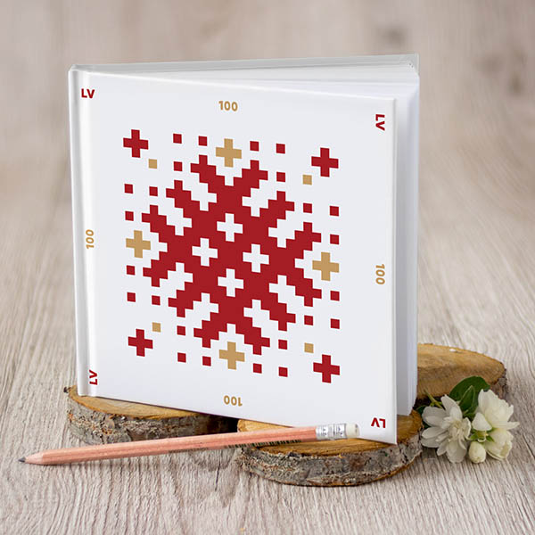 Piezīmju grāmata ar sarkanu un zelta Latvijai 100 ornamentu, ar baltām lapām
