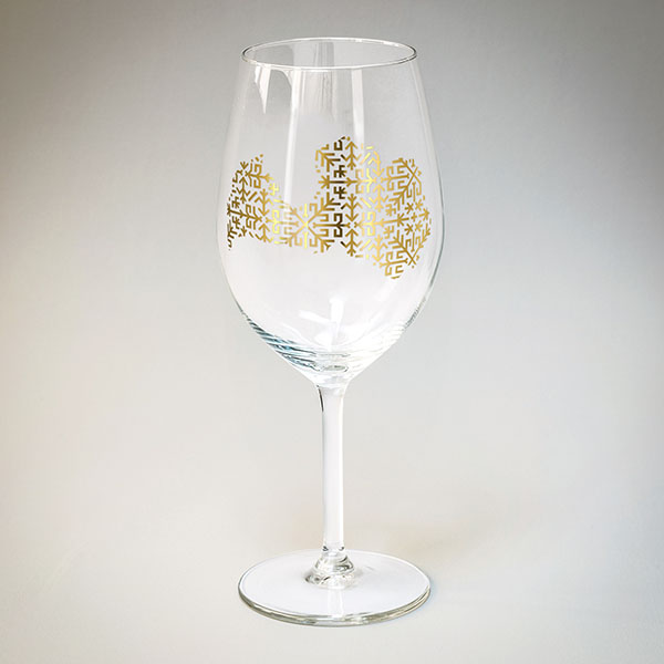 Vīna glāze ar zelta Latvijas kontūru.