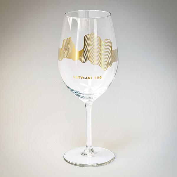 Vīna glāze ar zelta Latvijas kontūru līniju veidā.