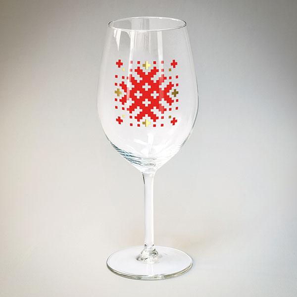 Vīna glāze arsarkanu un zelta Latvijas ornamentu A
