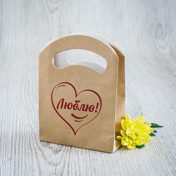 Gaišs dāvanu maisiņš ar sarkanu apdruku ar tekstu krievu valodā Mīlu