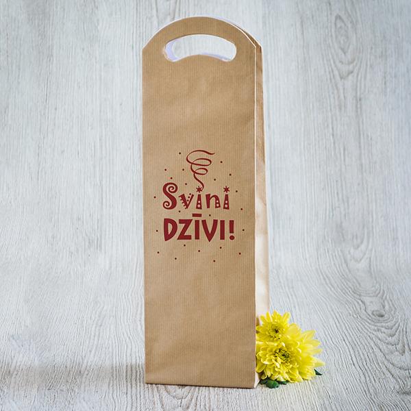 Gaišs dāvanu maisiņš vīna pudelēm ar sarkanu apdruku ar tekstu Svini dzīvi