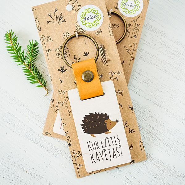 Atslēgu piekariņš ar ezīti ar tekstu Kur ezītis kavējas