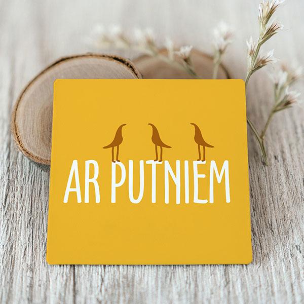 Dzeltents Vinila magnēts ar baltu tekstu ar putniem