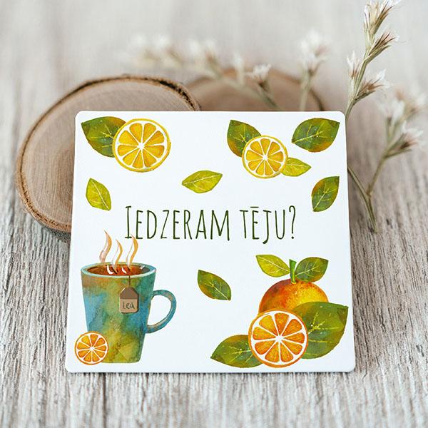 Vinila magnēts ar krāsainiem rakstiem ar tekstu Iedzeram tēju?