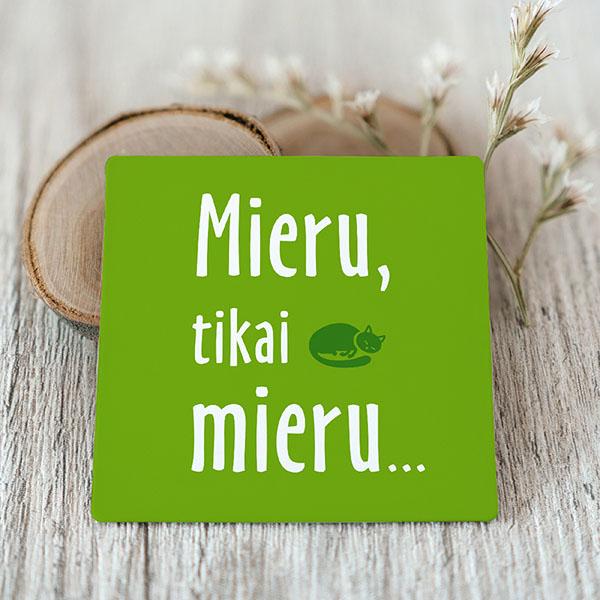 Zaļš Vinila magnēts ar baltu tekstu Mieru, tikai mieru