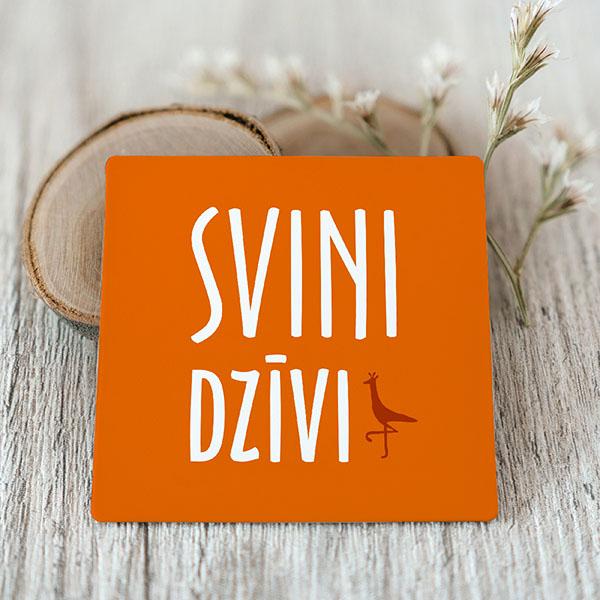 Oranžs Vinila magnēts ar baltu tekstu Svini dzīvi