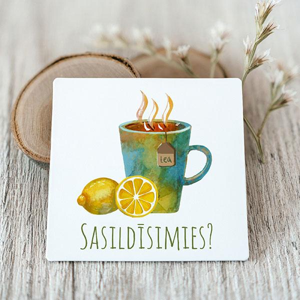 Vinila magnēts ar tējas krūzi ar tekstu Sasildīsimies