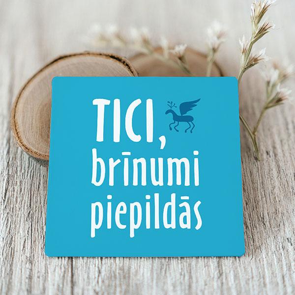 Zils Vinila magnēts ar baltu tekstu Tici, brīnumi piepildās