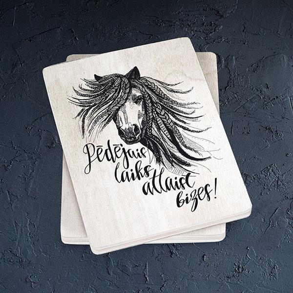Gaišs koka magnēts ar zirgu ar tekstu Pēdējais laiks atlaist bizes!