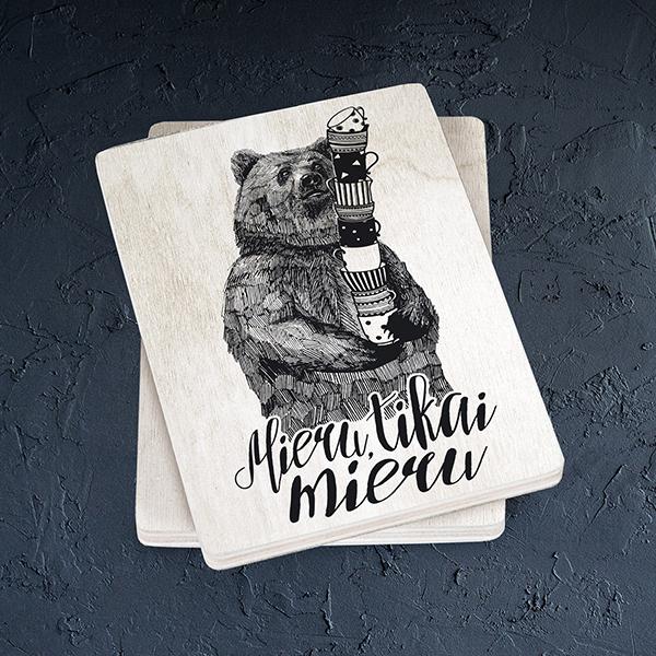 Gaišs koka magnēts ar lāci ar tekstu Mieru tikai mieru