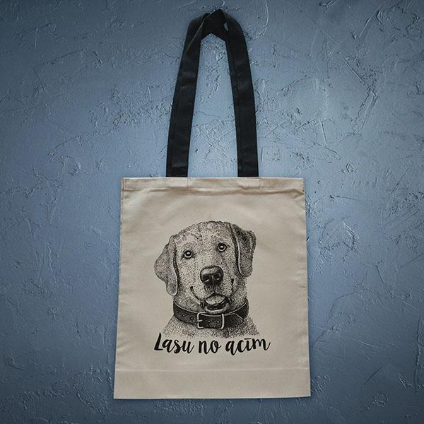 Bēša soma ar melnu apdruku ar suni ar tekstu Lasu no acīm