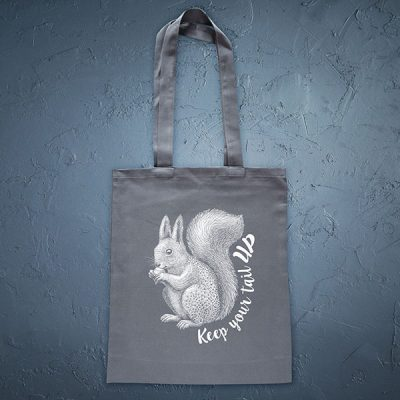 Pelēka soma ar baltu apdruku ar vāveri ar tekstu Keep your tail up