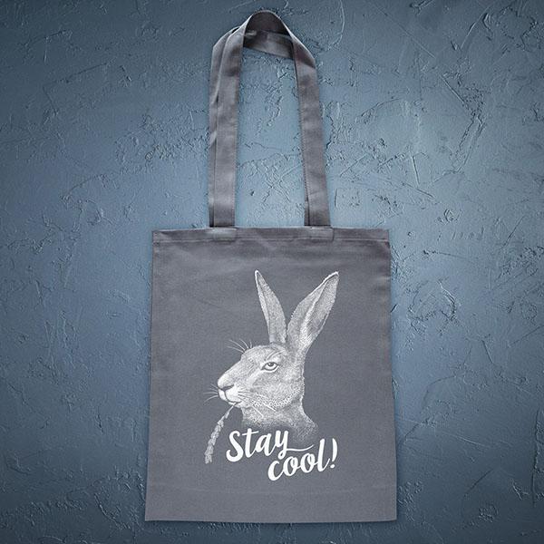 Pelēka soma ar baltu apdruku ar zaķi ar tekstu Stay cool