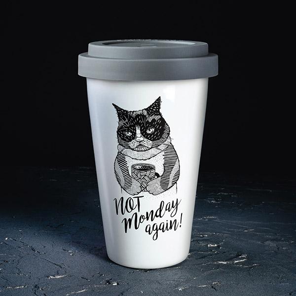 Balta ceļojumu krūze ar melnu apdruku un pelēku vāciņu, ar kaķa apdruku un tekstu: Not monday again!