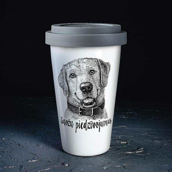"""Balta ceļojumu krūze, ar melnu suņa zīmējumu un tekstu: """"Saožu piedzīvojumus"""""""