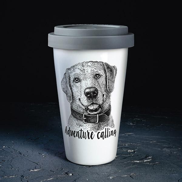 Balta ceļojumu krūze ar pelēku vāciņu, ar suni un tekstu: Adventure calling!