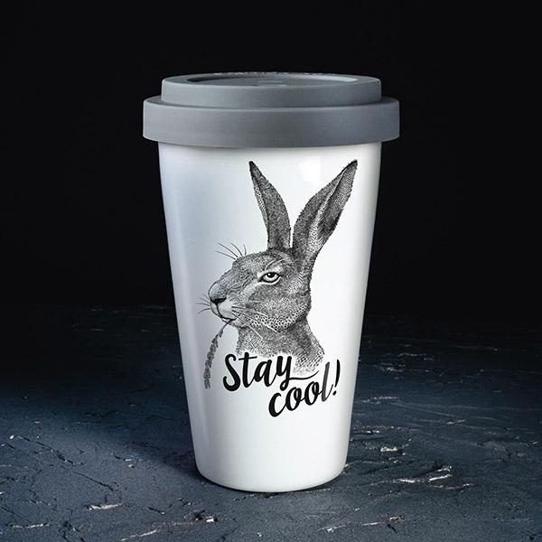 Balta ceļojumu krūze ar pelēku vāciņu, ar zaķa zīmējumu un tekstu: Stay cool!