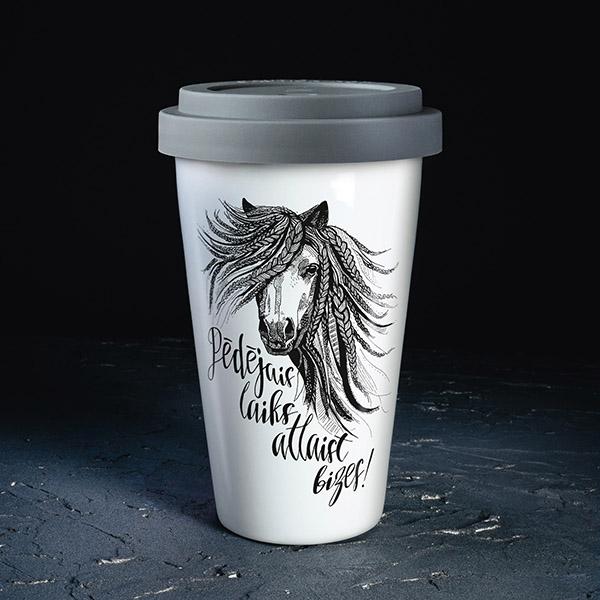 Balta ceļojuma krūze ar pelēku vāciņu, ar zirgu un tekstu: Pēdējais laiks atlaist bizes!