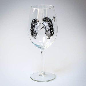Vīna lāze ar melnu divu ežu zīmējumu.