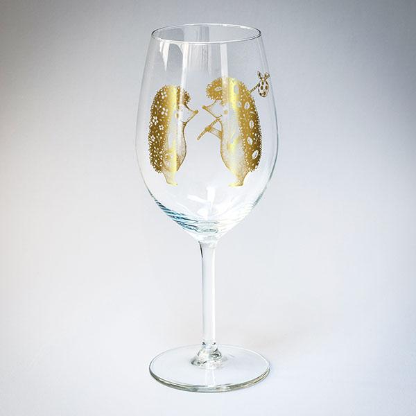 Vīna glāze ar zelta divu ežu zīmējumu.