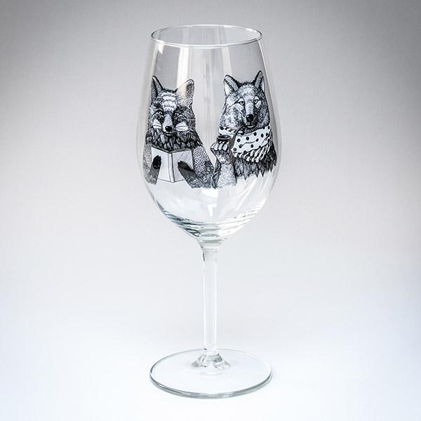 Vīna glāze ar melnu lapsas un vilka zīmējumu