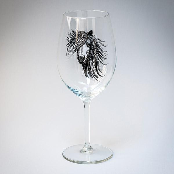 Vīna glāze ar melnu zirga zīmējumu