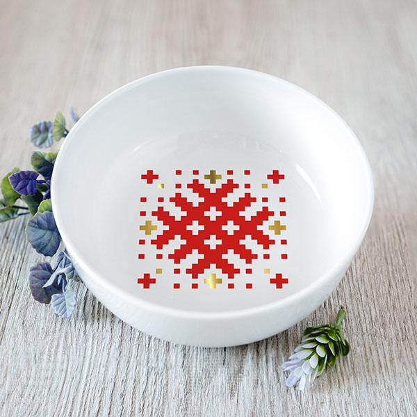 Balta vidēji mazā bļoda ar sarkanu un zelta Latvijas ornamentu