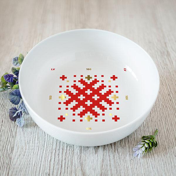 Balta vidēji lielā bļoda ar sarkanu un zelta Latvijas ornamentu