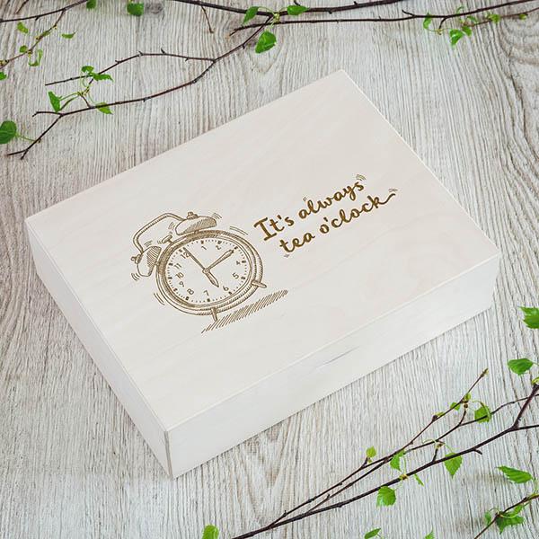 Koka kaste ar pulksteņa zīmējumu un tekstu angļu valodā