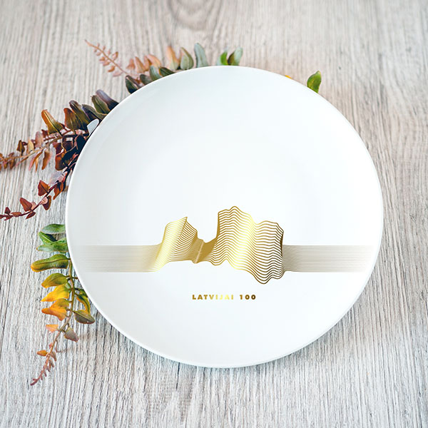 Balts mazaisšķīvis ar zelta Latvijas kontūras līniju grafikā zīmējumu
